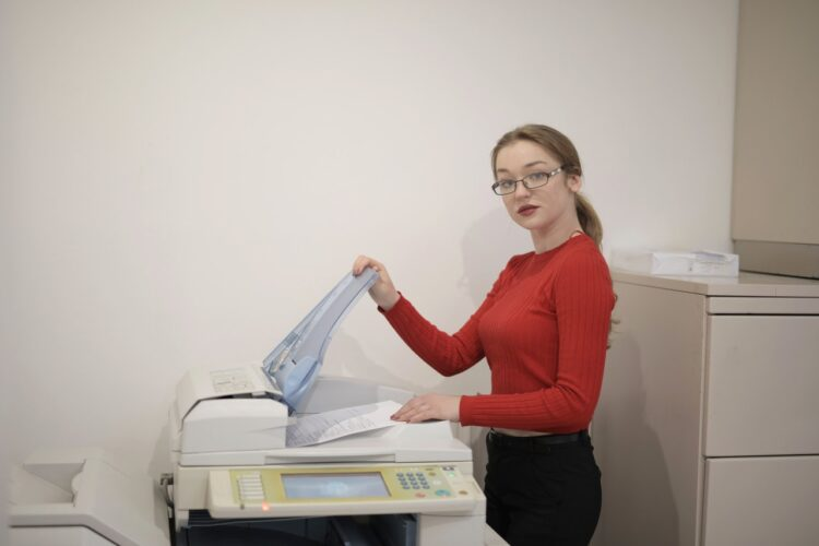 kobieta przy drukarce