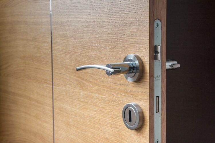 drzwi wejściowe do domu